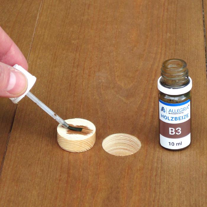 Beize, sowie Holzleim befinden in Fläschchen mit Pinselverschluss